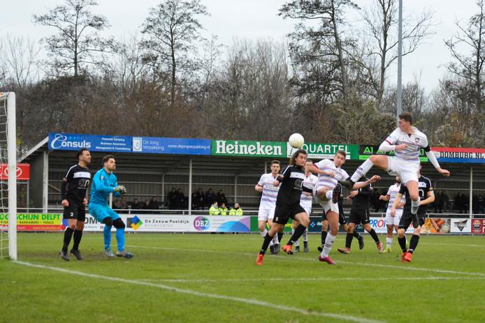 Ardi Luijendijk kopt 3-0 binnen. Yuri Westhoff en Jan Verduijn, beiden eveneens doelpuntenmaker, kijken toe.