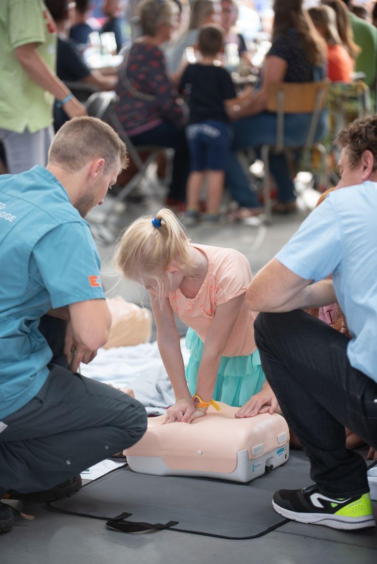 Personeel van het Algemeen Ziekenhuis Sint-Elisabeth leerde kinderen hoe je hartmassage toepast.