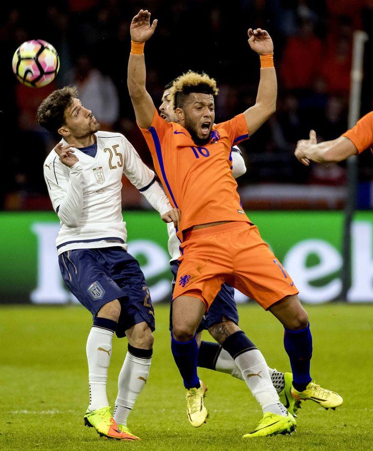 Tonny Vilhena in duel met Simone Verdi tijdens de oefenwedstrijd tegen Italië. Beeld anp