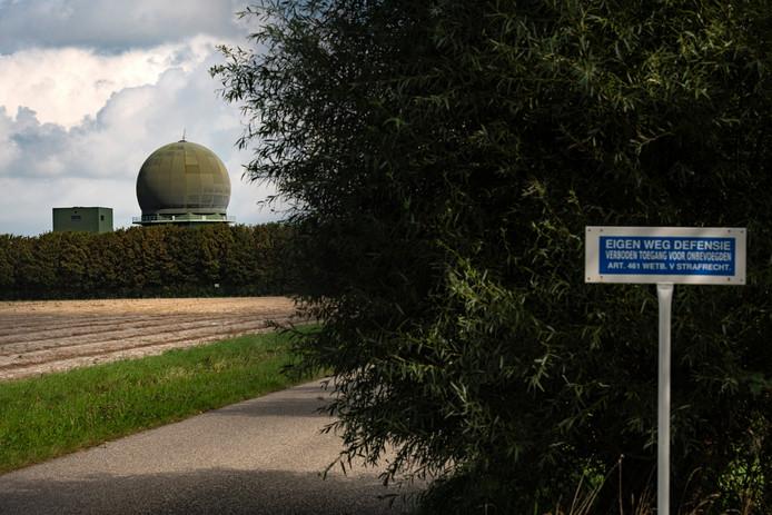 De bouw van een soortgelijke, gloednieuwe radar in Wier (Friesland), hier op een foto van afgelopen zomer.