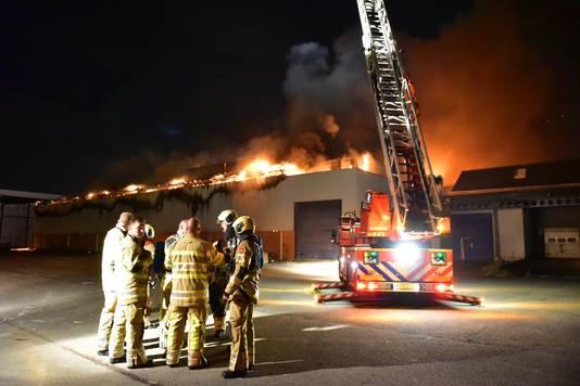 De hele loods van het voormalige distributiecentrum staat in brand.