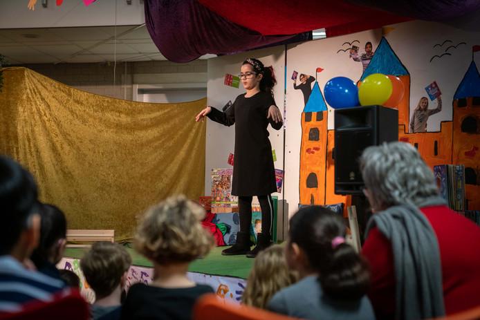 In Arnhem werd woensdag een voorleeswedstrijd voor dove en slechthorende kinderen gehouden.