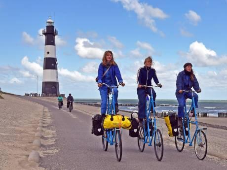 Jonge kunstenaars fietsen door Zeeland langs kustlijn van de toekomst, 'weten niet wanneer het water komt'