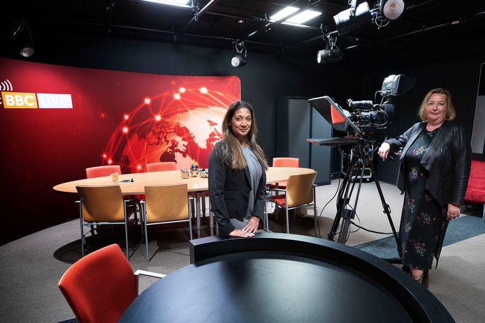 Jhorna Erkens (l) en Monique Hendriks van Bex Communicatie in de 'BBC studio' waar topmensen oefenen onder stress een interview te geven.