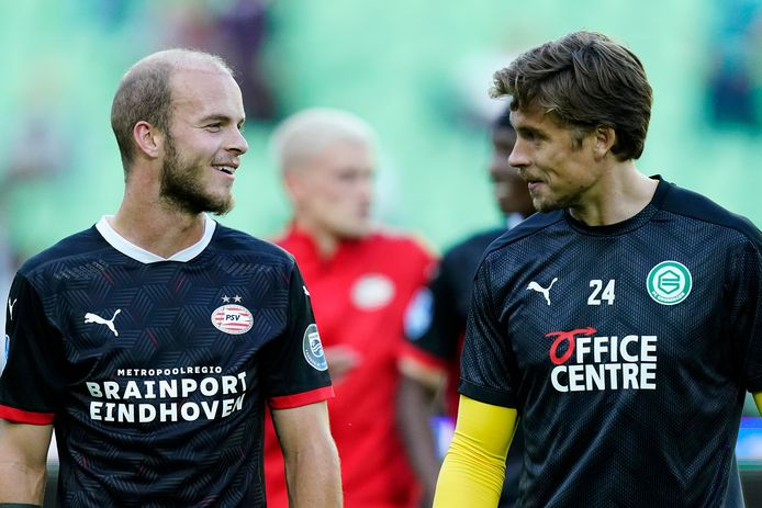PSV-middenvelder Jorrit Hendrix met reserve-keeper Nigel Bertrams van FC Groningen.