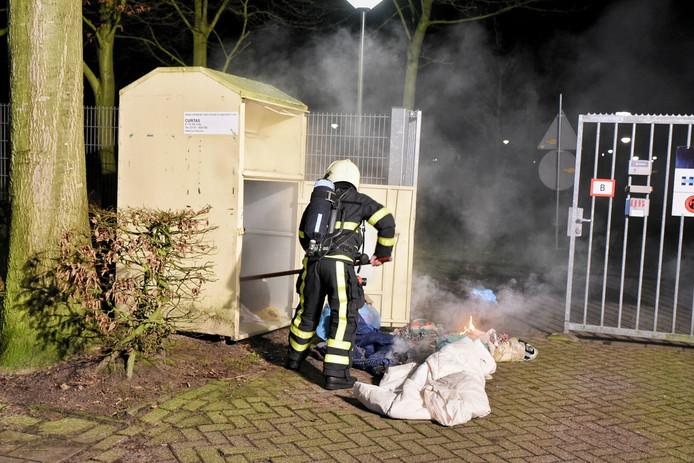 De brandweer moest de container openbreken.