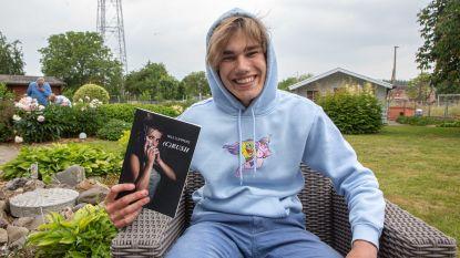 """Nils (15) brengt zijn eerste boek uit, dat hij in twee weken schreef: """"Liever dit dan in de zetel voor televisie te hangen"""""""