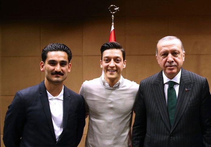 İlkay Gündoğan en Mesut Özil met de Turkse president Recep Tayyip Erdogan, een maand voor het WK.