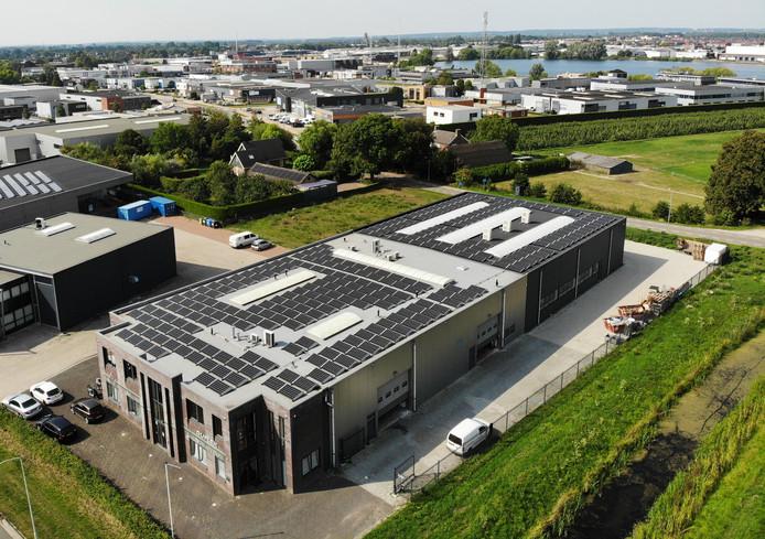 Veertig voetbalvelden aan loodsen met zonnepanelen als