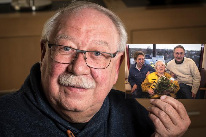Jan Haasewinkel met een foto van hem, zijn vrouw en zijn moeder toen ze na een jaar bloemen kreeg van de verpleging.