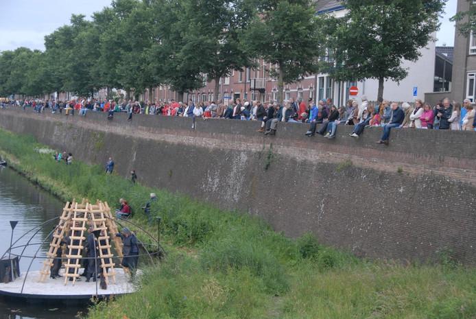 De organisatie schat dat er donderdagavond tijdens de eerste voorstelling van de Bosch Parade circa 6000 mensen langs de kant stonden.