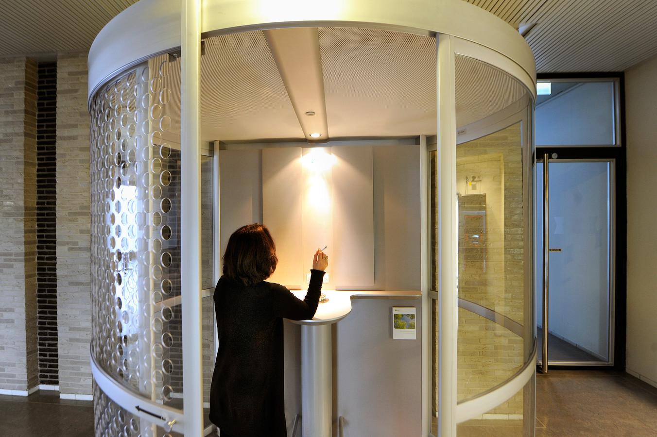 Een gaat een streep door de geplande rookcabine in het vernieuwde Stadhuis van Apeldoorn.
