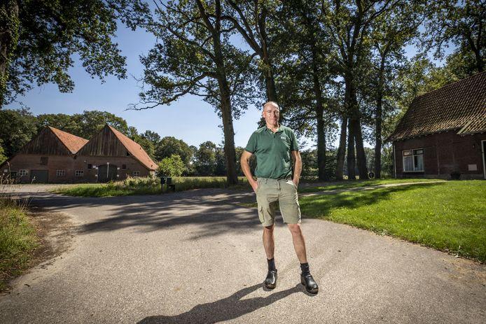 Jos Elderink op Erve 't Hengelman, op een steenworp afstand van zijn biologische melkveebedrijf. Rechts deels zichtbaar de zorgwoning die voor zijn ouders werd gebouwd.