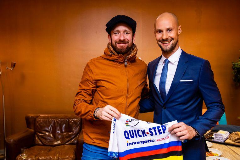 UNIEK TRUITJE. Gastheer en copresentator Tom Boonen overhandigt de ex-Tourwinnaar, een fanatiek verzamelaar,het regenboogshirt waarin hij Parijs-Roubaix reed.