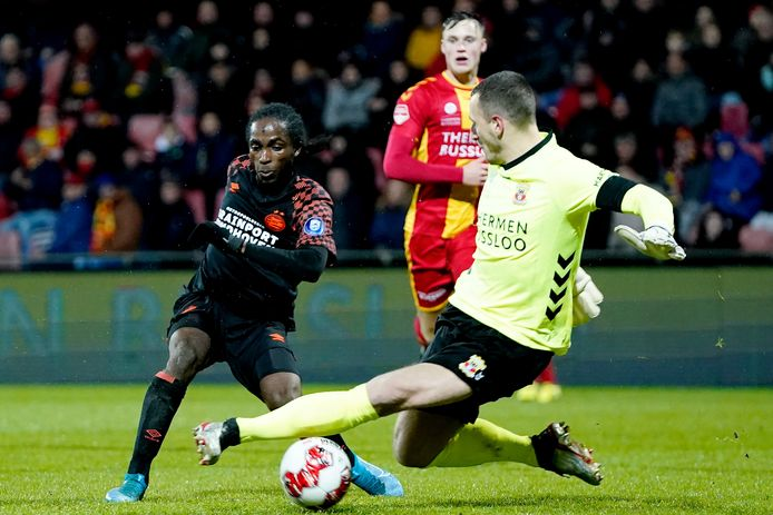Sekou Sidibe scoort voor Jong PSV na een blunder van Jeroen Veldmate en laat doelman Hobie Verhulst kansloos.