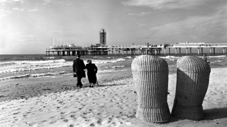Het strand van Scheveningen met de karakteristieke hoge rieten stoelen, 1961. (FOTO'S JACQUES MEIJER) Beeld