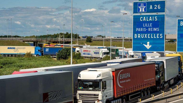 Vrachtwagens staan vast voor de Eurotunnel. Beeld afp