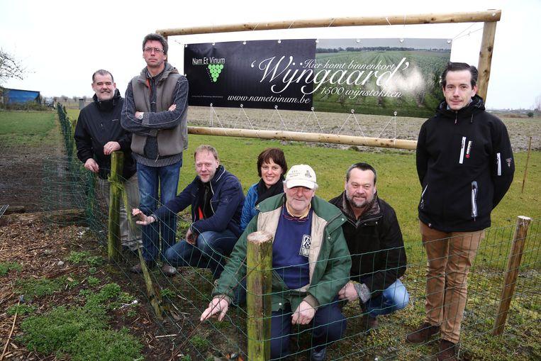 De raad van bestuur van het wijndomein Laagland in Sleidinge waar eind deze maand vijfhonderd wijnranken geplant worden.