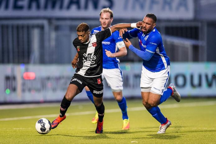 FC Den Bosch-spits Romero Regales (rechts) duelleert met Steven Pereira van MVV. Niek Vossebelt volgt de MVV'er op de voet.