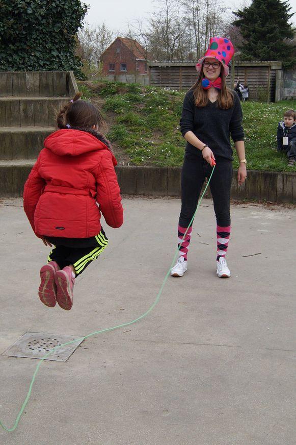 De buitenspeeldag op speelplein Zoeber, een samenwerking tussen het Huis van het Kind en het MMI van Kortemark, werd een succes. Hier zien we een onderdeeltje van de circusopdracht