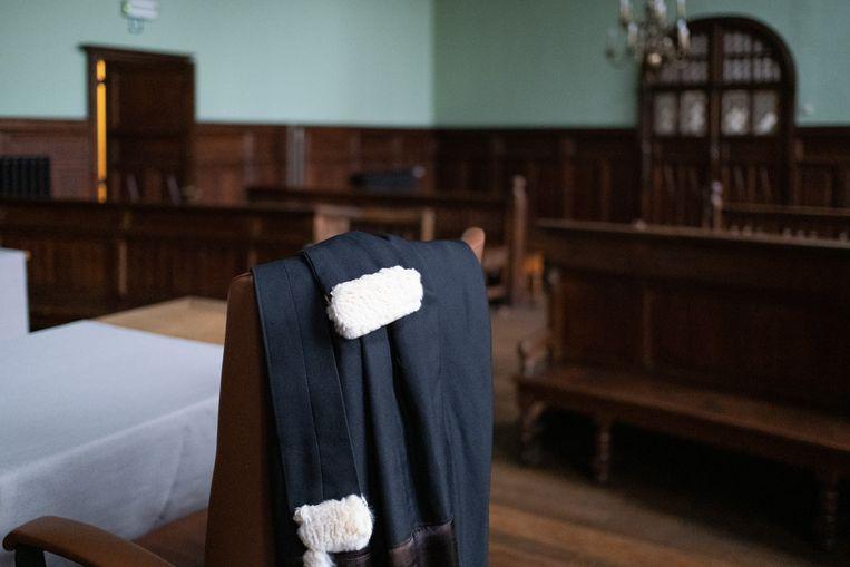 De toga van een advocaat op de correctionele zittingszaal in de rechtbank van Mechelen.