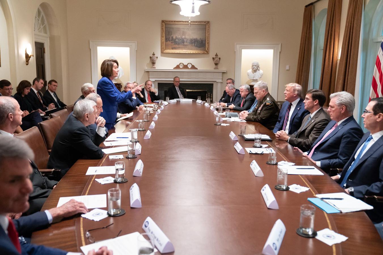 Nancy Pelosi (L), de Democratische voorzitter van het Huis van Afgevaardigden, tijdens de bijeenkomst.