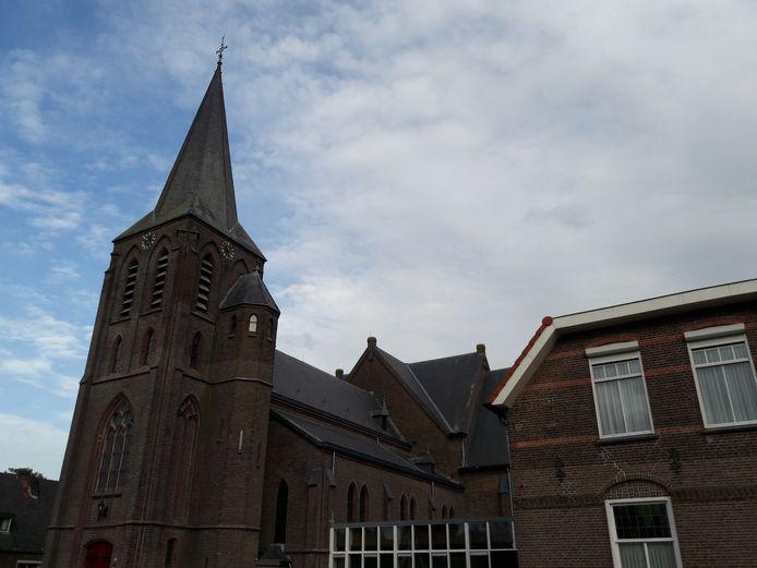 De toren van de Heilig Hartkerk in Lemelerveld is in 1909 tegen de uit 1884 daterende kerk aangebouwd. Pas toen was er genoeg geld voor gespaard.