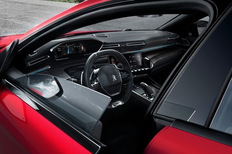 De voor- en achterportieren hebben geen raamstijlen. Dat versterkt het coupé-achtige uiterlijk en heeft als voordeel dat het dak lager kan zijn zonder dat je bij het instappen direct je hoofd stoot. Beeld