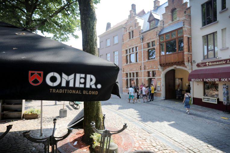 Omer-reclame met brouwerij De Halve Maan op de achtergrond.