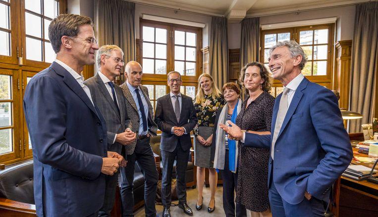 Premier Mark Rutte en minister Arie Slob (links) na afloop van een gesprek met de onderwijssector over het zogenoemde noodpakket, half oktober. Beeld null