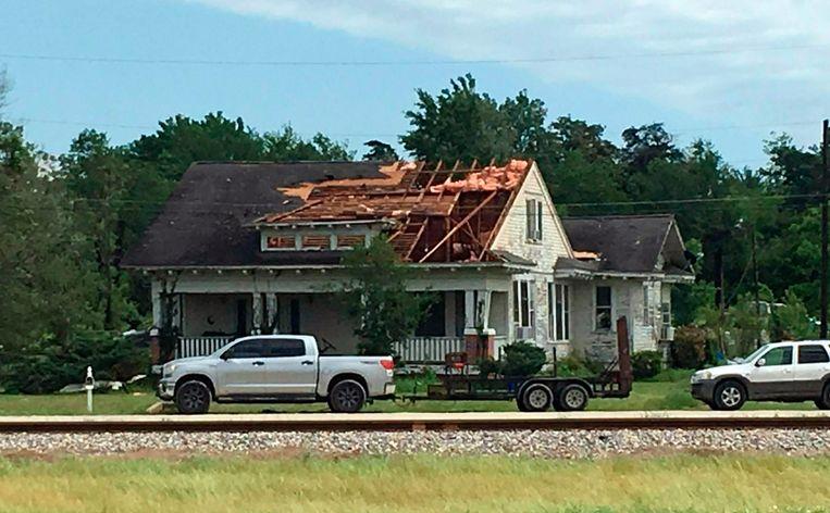 Het dak is van een huis afgewaaid in Franklin, Texas.