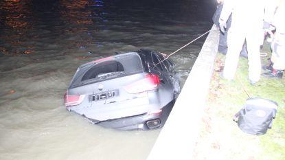 BMW X5 rijdt kanaal in na stuurfout: bestuurder (42) ontsnapt via open dak