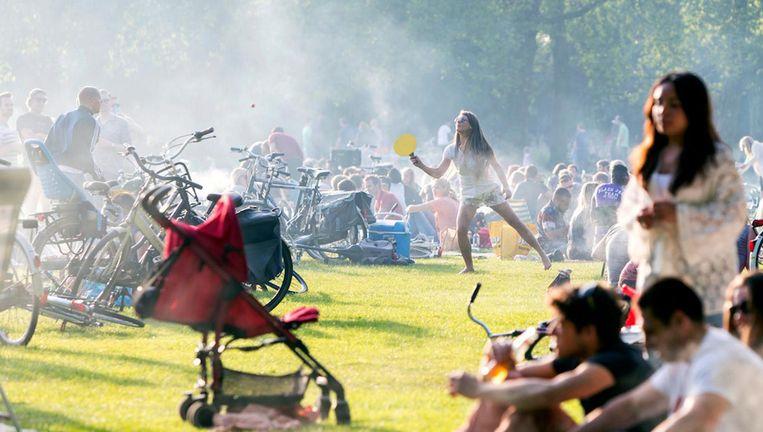 Vanaf 1 maart mag niet meer gebarbecued worden in het Vondelpark. Beeld anp