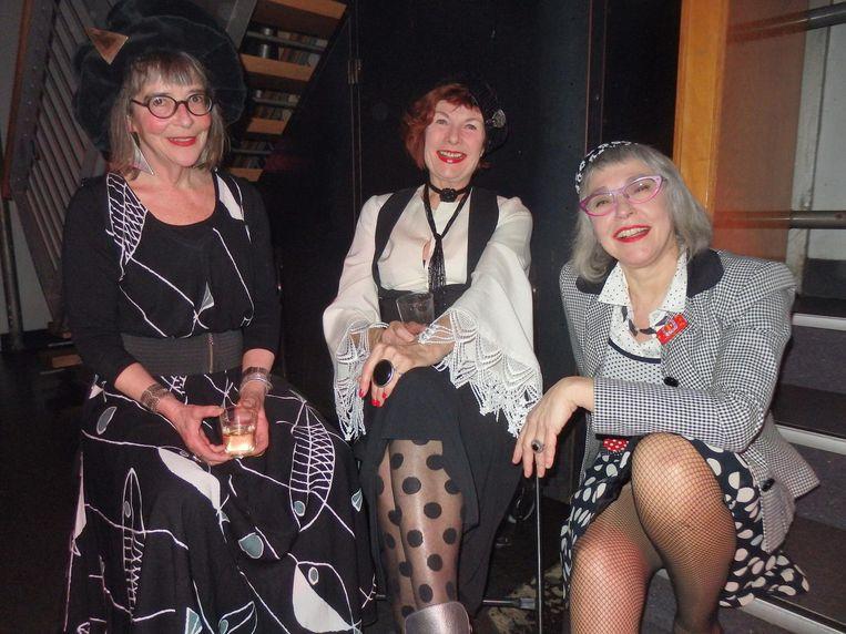Monica Dam (culturele salons op locatie), fotograaf Lenny Moeskops en stylist Erica Pach, allen van Kleurrijk 60+, te vinden op Instagram Beeld Schuim