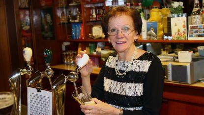 """Nelly (74) staat al 50 jaar achter de toog van café Depot: """"Mijn klanten en ik zijn één grote familie"""""""