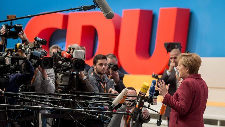 Bondskanselier Angela Merkel staat de pers te woord aan de vooravond van het partijcongres van de CDU. Beeld null