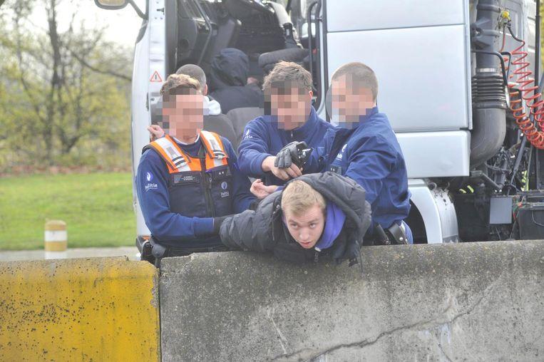 Maart 2014: een foorkramer wordt in de boeien geslagen nadat hij mee de Singel heeft geblokkeerd.