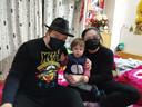Henry Blok met zijn vrouw Sisi en zoontje Quintius in hun appartement in Wuhan.