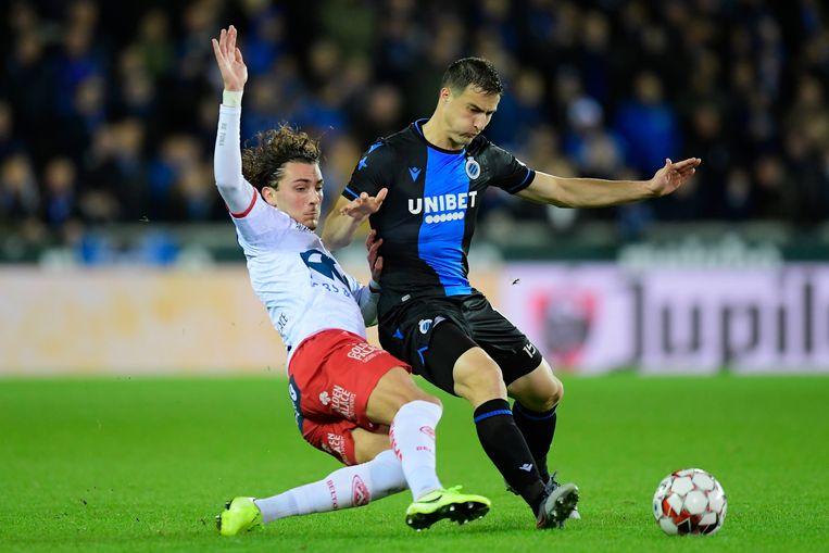 Mitrovic in duel met Fraser Hornby van Kortrijk.