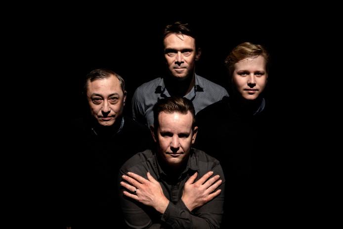 Ivan van Oosterhout, Marcel van der Loo (midden boven), Mark Mastbroek (midden onder) en Lud Goossens, geportretteerd als de band Queen in 'Bohemian Rhapsody'. Maar of die band ook op 1 staat?