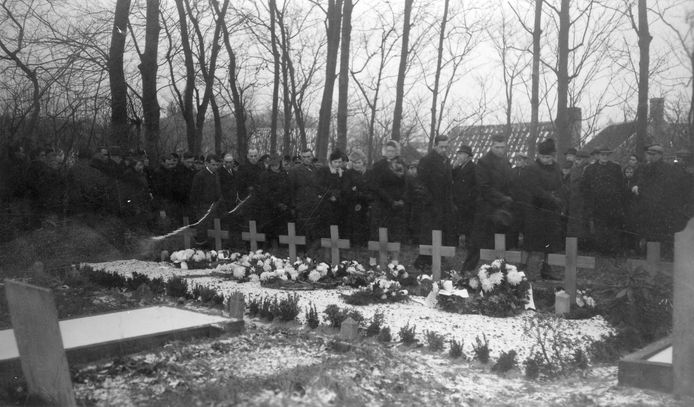 Renesse, 1945: Voorlopige begraafplaats van de door de Duitsers geëxecuteerde verzetsstrijders de '10 van Renesse'. Fotograaf onbekend / Gemeentearchief Schouwen-Duiveland