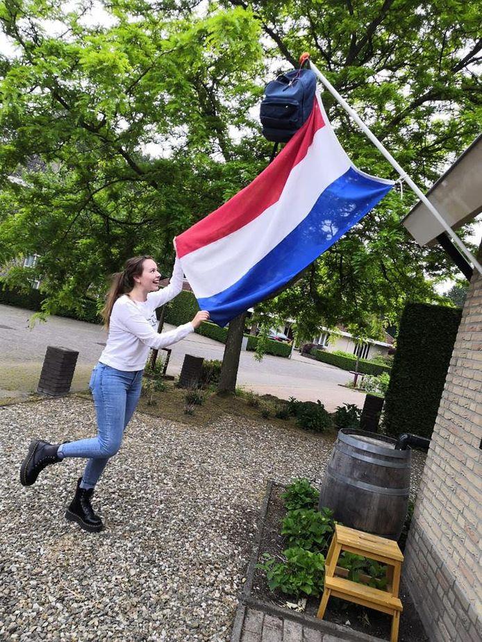 Femke Mollema hangt de vlag uit.