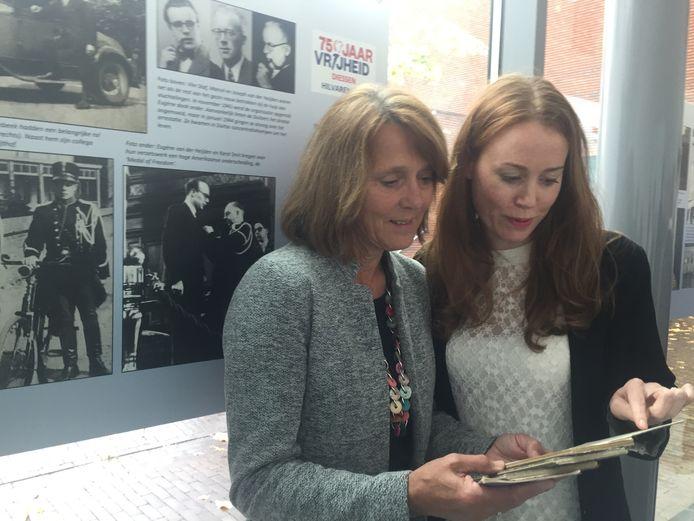 Ine Samplonius-De Leijer bekijkt samen met haar dochter Linda de dagboeken van haar tante Ida, die in de oorlog verloofd was met de omgekomen Marcel van der Heijden, wiens portret op het paneel achter hen staat