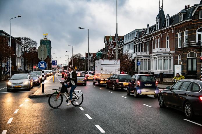 Het reeds versmalde deel van de Graafseweg, tussen Keizer Karelplein en Graafseweg tijdens de avondspits.