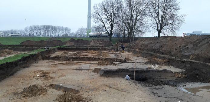 De opgravingslocatie, vlak onder de windmolen langs de snelweg, in beeld.