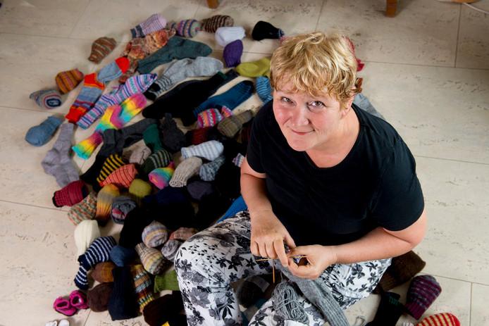 Roos Blom maakt sokken voor serious request.