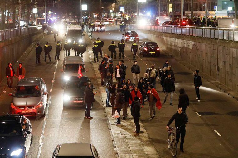 De politie jaagt zondag demonstranten weg bij het Turkse consulaat in Rotterdam. Beeld epa