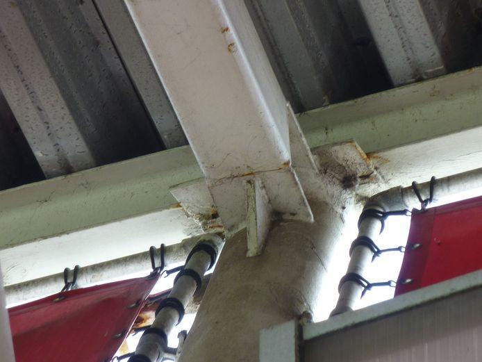 Het stadiondak van AZ is volgens de OVV ingestort door falende lasverbindingen. Waardoor deze verbindingen zijn bezweken, is nog niet bekend.