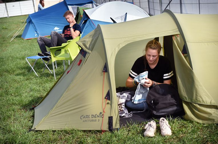 Studenten die nog geen kamer hebben zetten hun tent op op de campus van de Universiteit Wageningen, augustus 2018.  Beeld Marcel van den Bergh / de Volkskrant