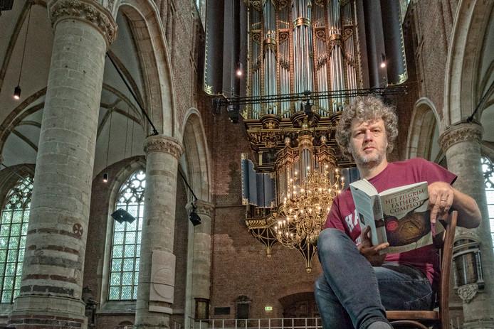 Jeroen Windmeijer in de Pieterskerk in Leiden, die een belangrijk rol speelt in zijn nieuwste boek.
